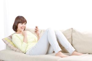 ソファーでスマホを楽しむ女性No2